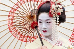 Японцы выяснили: йогурт увлажняет кожу, а кефир делает ее жирнее