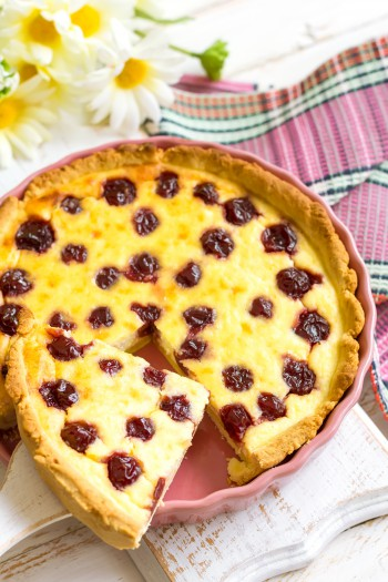 Рецепт сезонной выпечки: миндальный пирог с вишней