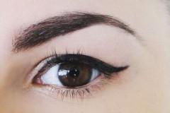 Рисуем стрелки: макияж для нависших век