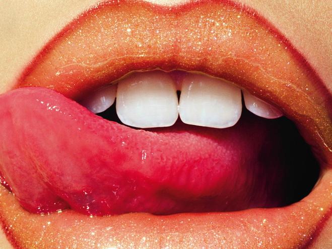 Мода 90-х вернулась: видимый контур губ в стиле Кайли Дженнер