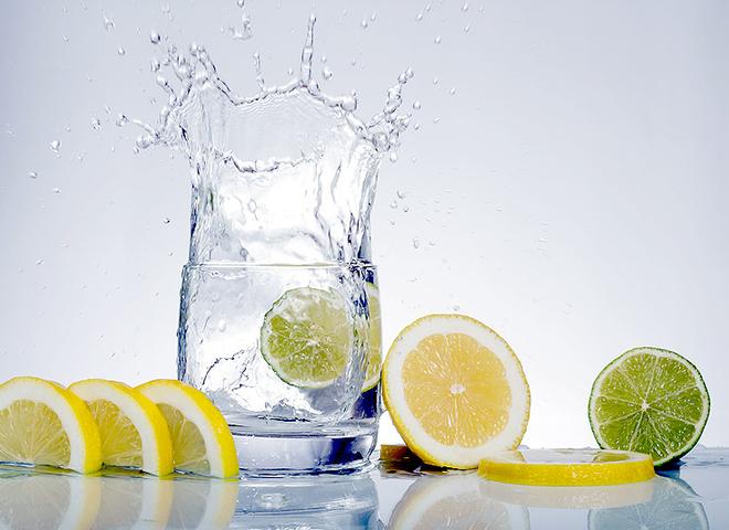 Коктейль здоровья: в чем польза теплой воды с лимоном