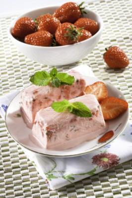 Клубничный пломбир с мятой: рецепт домашнего мороженого