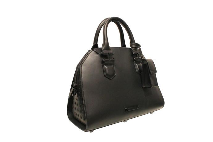 Сестры Дженнер представили дебютную коллекцию сумок