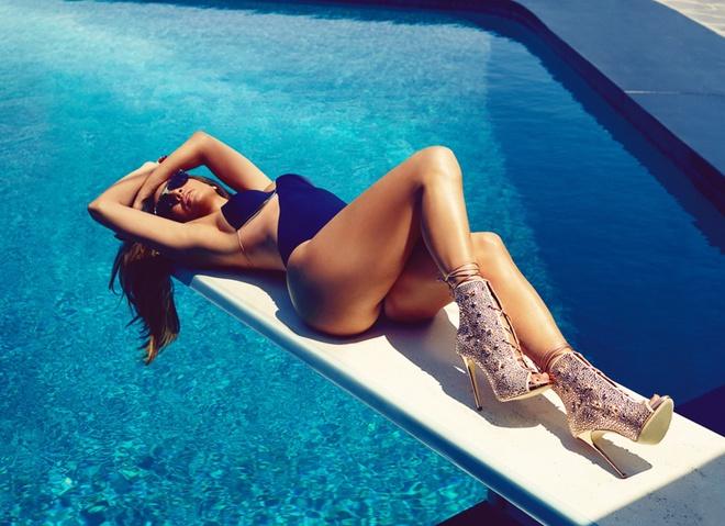 Дженнифер Лопес показала стройные ноги в стильной фотосессии
