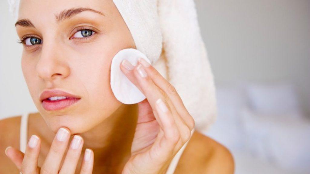 Как правильно очищать кожу летом