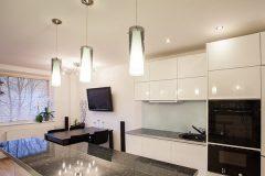 Светильники на кухне, лампы над обеденным столом