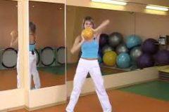 Необычные упражнения с маленьким гимнастическим мячом