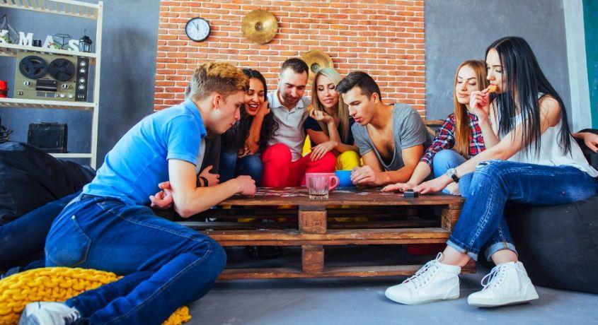 Стремитесь весело проводить время с друзьями? Запланируйте купить интересные настольные игры!